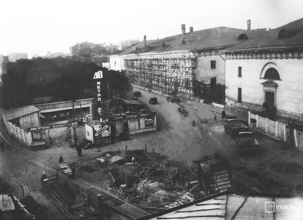Строительство наземного вестибюля станции «Парк культуры им. Горького» (сейчас - «Парк культуры»). Первая половина 1930 года