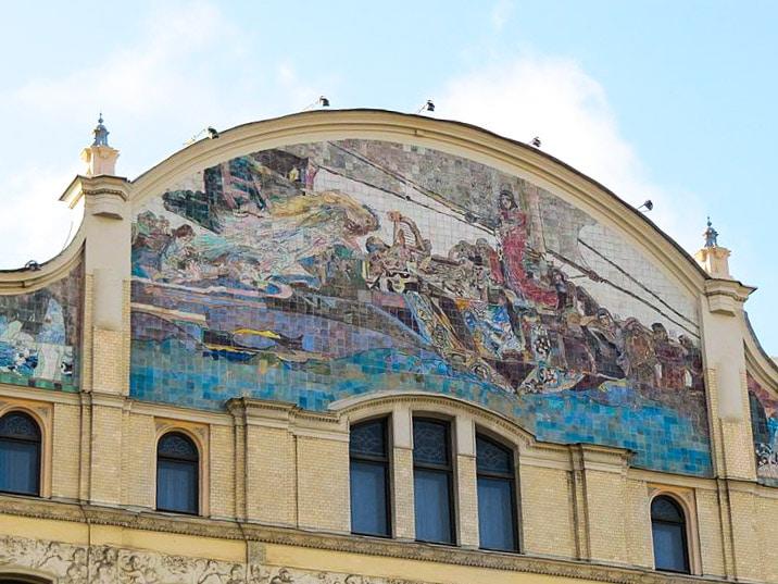 """Панно М. А. Врубеля """"Принцесса Грёза"""" на фасаде гостинцы"""
