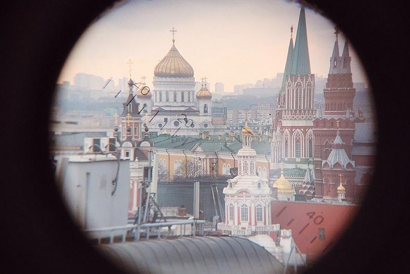 Вид на Кремль с крыши Детского мира через телескоп.