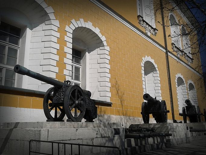 Здание Арсенала и старинные орудия.