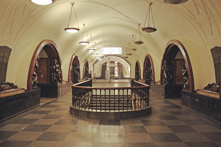 """Станция метро """"Площадь революции""""."""