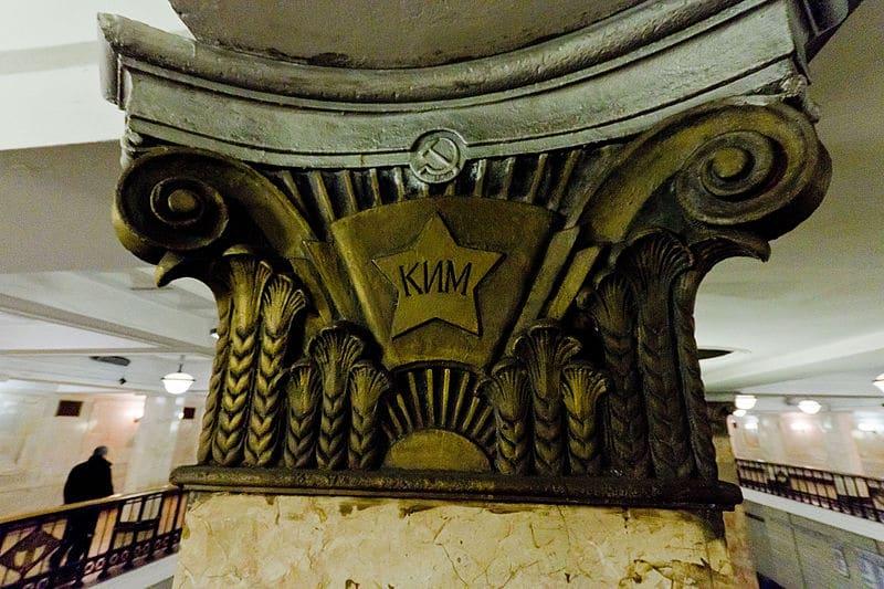 Фрагмент колонны на станции метро Комсомольская, 2012 год