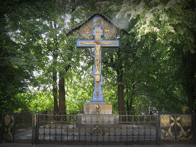 Копия креста-памятника в Новоспасском монастыре 2011 года.