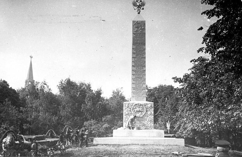 Романовский обелиск в Александровском саду в момент создания, 1914 год
