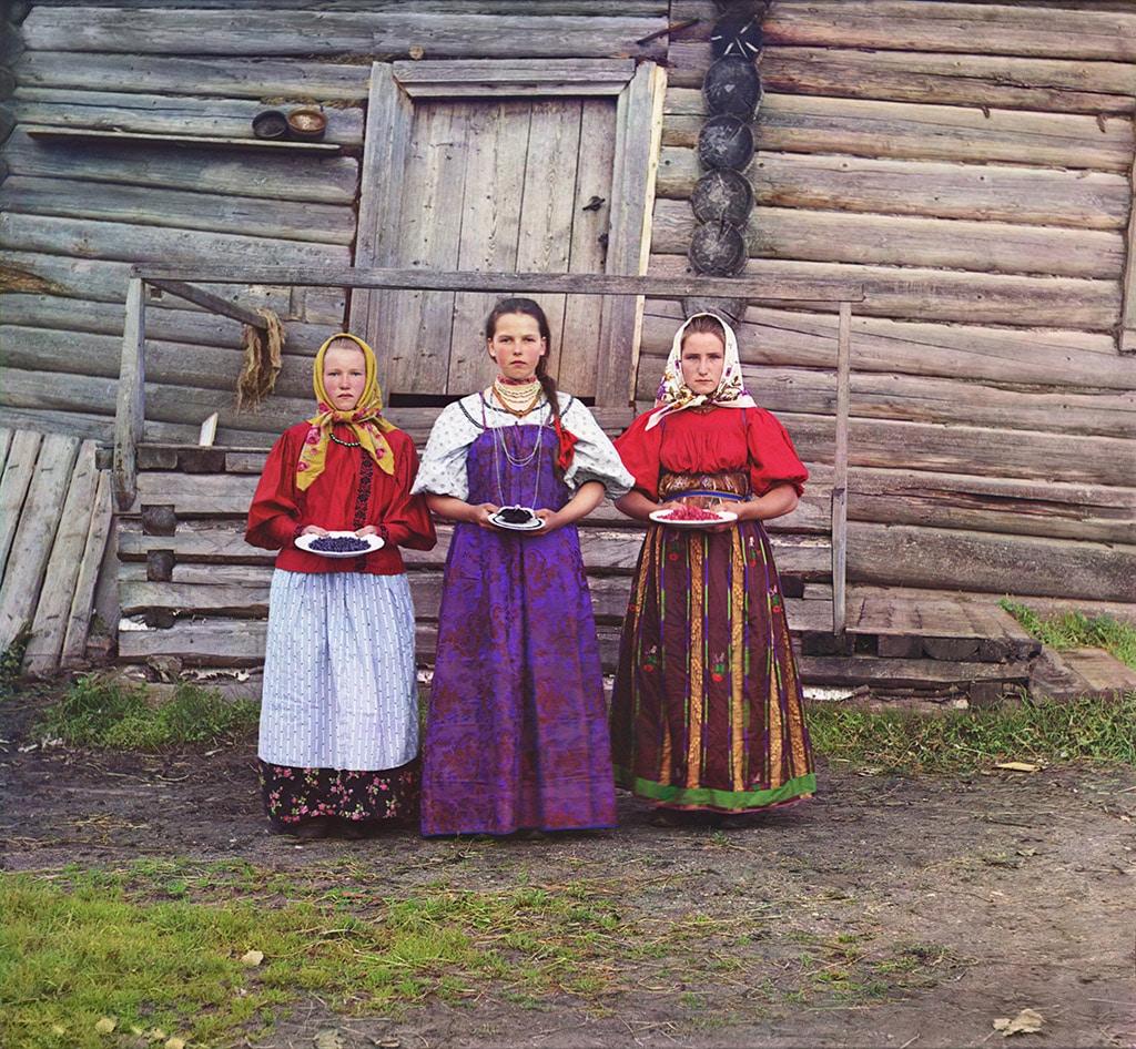 Крестьянские девушки. Нижняя Топорня. Река Шексна. 1909 год
