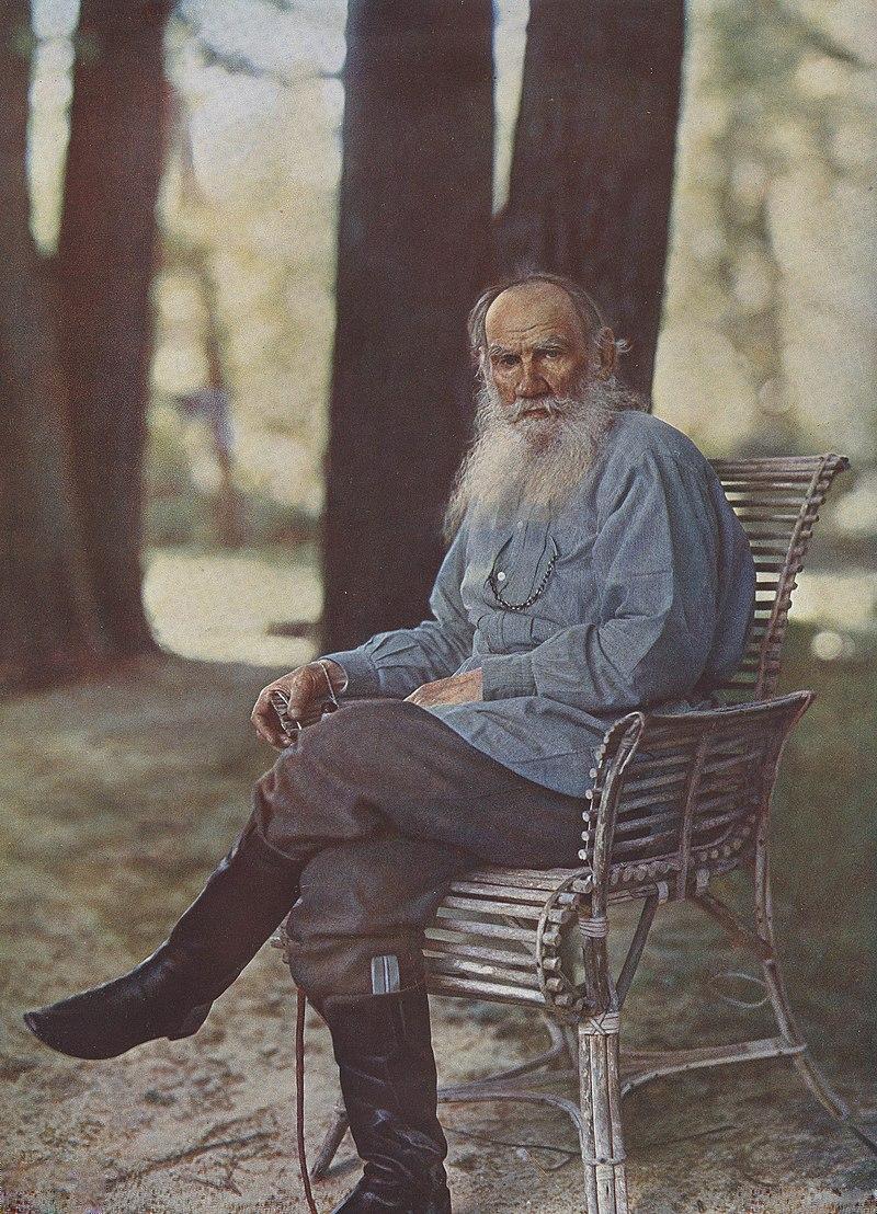 Цветная фотография Льва Толстого, сделанная Прокудиным-Горским в Ясной Поляне 23 мая 1908 года