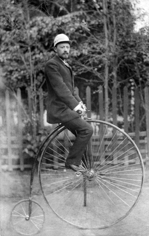 В. Г. Шухов на велосипеде Паук