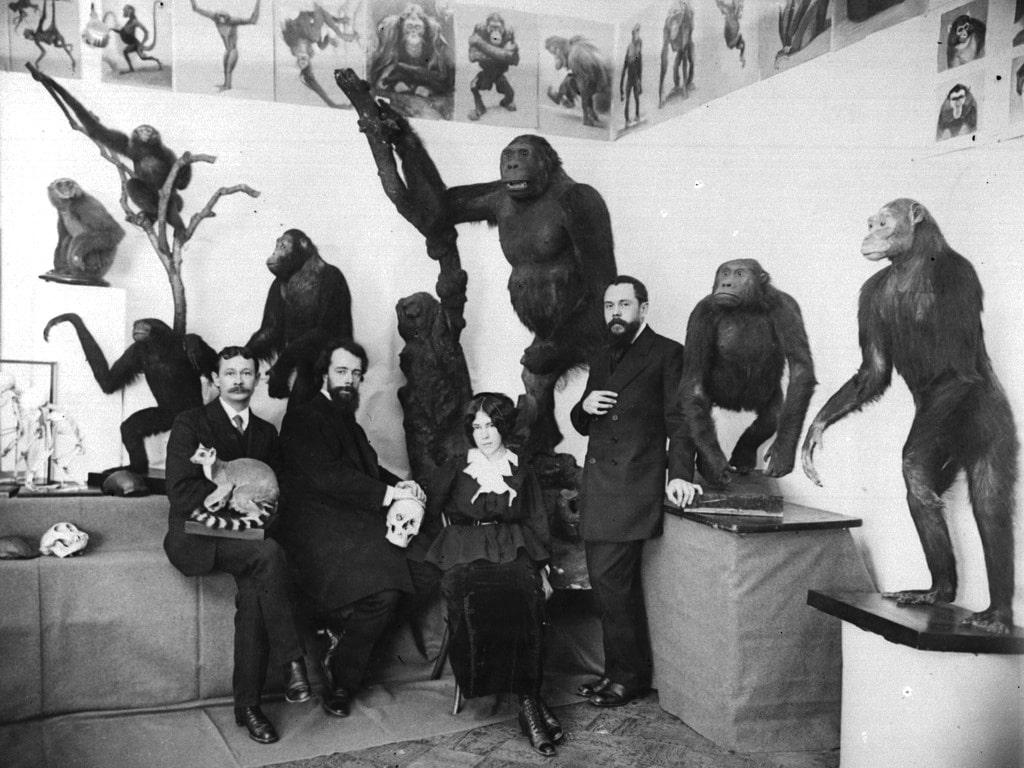 Александр Котс с коллегами среди учебной экспозиции, 1912 год